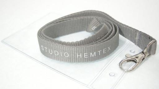 Nyckelband vi gjorde åt HEMTEX med tryckt logotyp och plastficka.